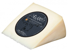 Cured cheese wedge DO manchego Carpuela